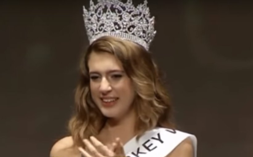 Miss Turcia a rămas fără titlu din cauza unei postări neinspirate pe Twitter