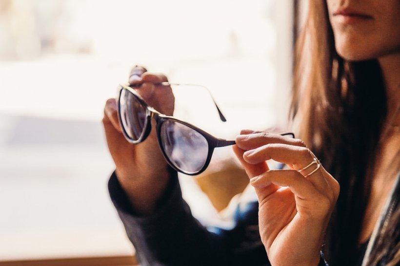 Ce rişti dacă porţi ochelari de soare fără protecţie UV