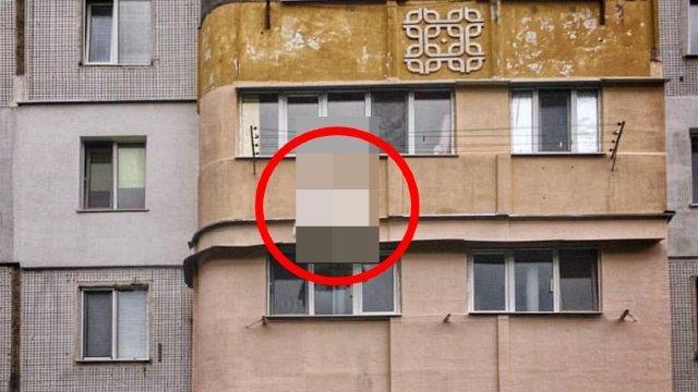 """Se plimba pe stradă când s-a uitat în sus spre un balcon. Nu a stat pe gânduri și a făcut imediat o poză. """"Așa ceva vezi mai rar!"""" (FOTO)"""
