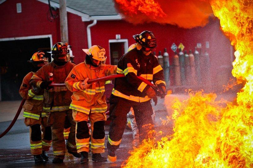 Incendiu violent în Capitală: Un bărbat a murit