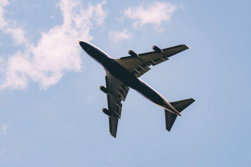 O bucată mare din aripa unui Boeing 777 a căzut pe un autoturism, de la o înălţime de 2.000 de metri