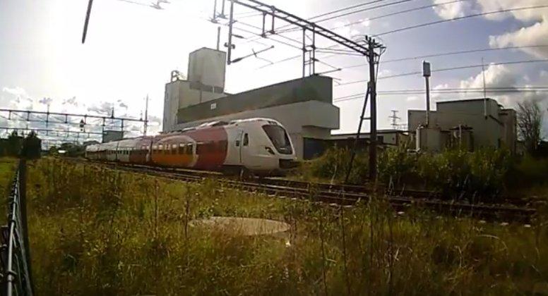 Un transportor blindat a intrat într-un tren de pasageri, în timpul unui exerciţiu militar. Mai multe persoane sunt rănite