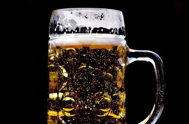 De ce ar trebui să bei berea din pahar, nu din sticlă. Trucul de care nu ți-a spus nimeni