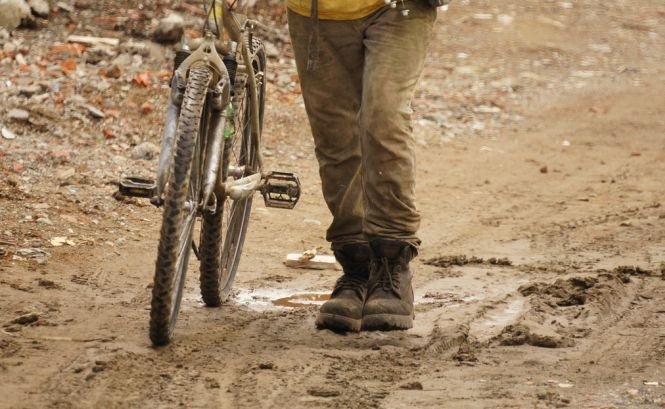 Priorităţile unui primar din România: Comuna sa nu are canalizare, dar el a decis asfaltarea unui drum în plin câmp