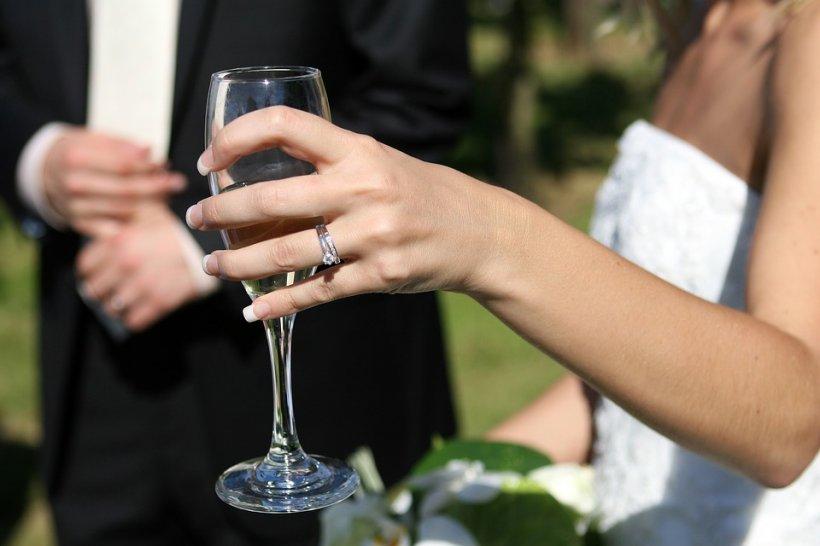 Un turc a convins o româncă de 19 ani să facă o căsătorie de formă, dar au fost descoperiți. Testul simplu pe care l-au picat de față cu polițiștii