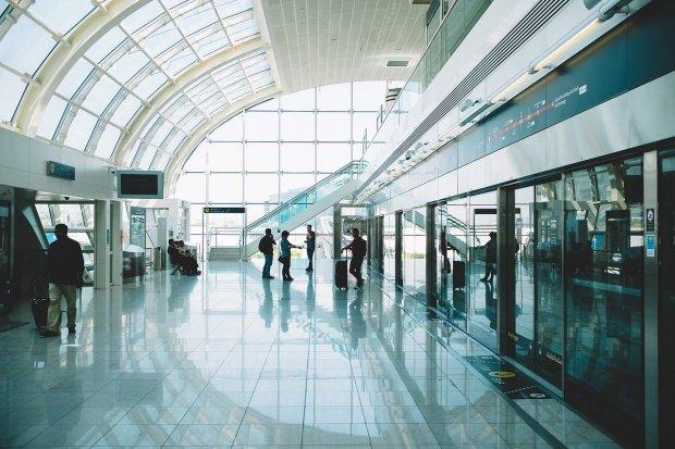 Haos în mai multe aeroporturi din toată lumea. Mii de pasageri au rămas blocaţi