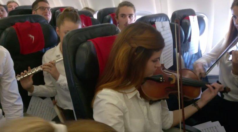 Concert la înălţime! Opt studenți din Cluj au cântat în avion - VIDEO
