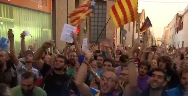"""Catalonia, părăsită de bănci după referendum. Manuel Valls: Independenţa va fi o """"nebunie"""""""