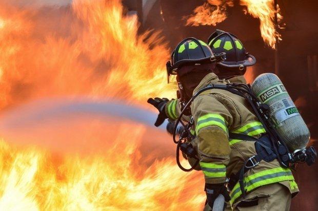 Incendiu puternic la o grădiniță. Paznicul unității a stropit victimele cu alcool și le-a dat foc