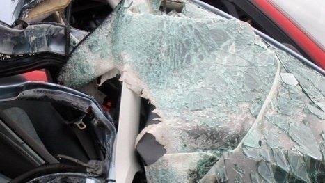 Polițistă din Vrancea, implicată într-un grav accident. Mașina cu care se întorcea de la serviciu a intrat sub o basculantă