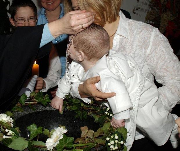 De ce nu e bine să îi pui copilului două nume de botez. Preoții explică de ce este o greșeală