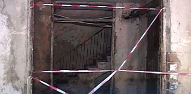 Panică într-un bloc după ce plafonul unui apartament s-a prăbușit. Peste o sută de oameni au fost evacuați