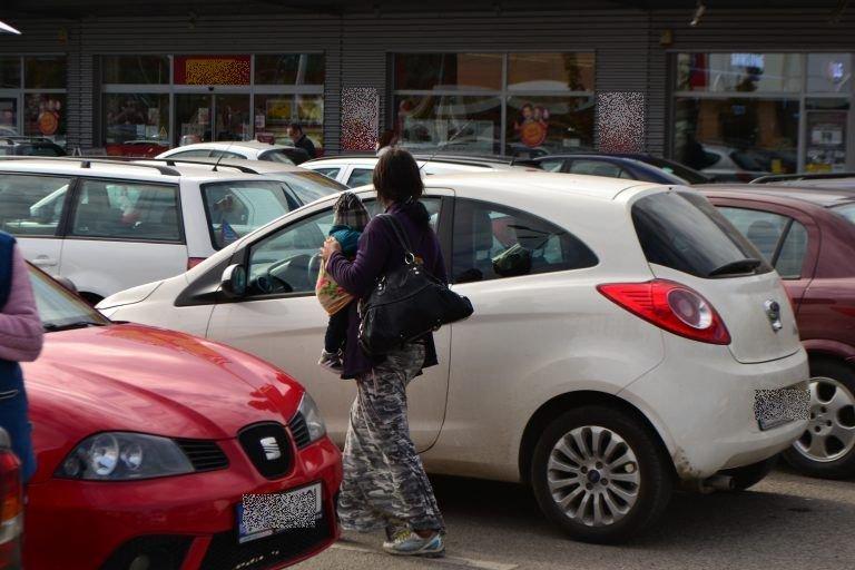 Reacția șocantă a unei cerşetoare când o femeie refuză să îi dea bani. Totul s-a petrecut în parcarea unui supermarket din Arad