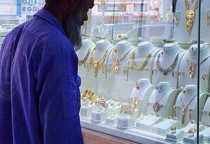 Lumea a râs de un gunoier care se uita la o vitrină cu bijuterii. Și-au bătut joc de el și au postat imagini pe net. Ce s-a întâmplat după câteva ore