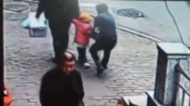 Momentul şocant în care un bărbat încearcă să răpească o fetiţă din mâinile tatălui său - VIDEO