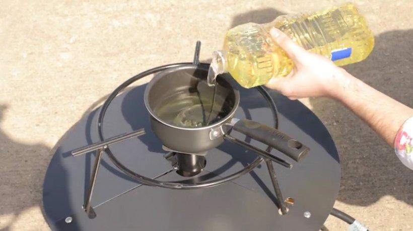 VIDEO. Ce se întâmplă dacă torni apă peste o cratiță în care a luat foc uleiul. Data viitoare nu vei mai încerca așa ceva!