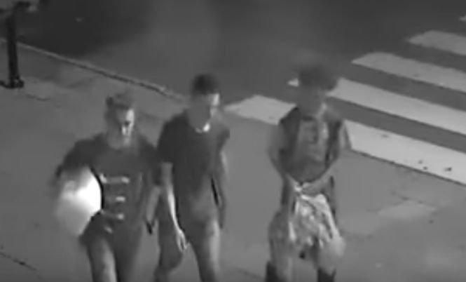 Acești tineri au fost filmați când se apropiau de un om fără adăpost. Toată lumea se aștepta la ce e mai rău - VIDEO