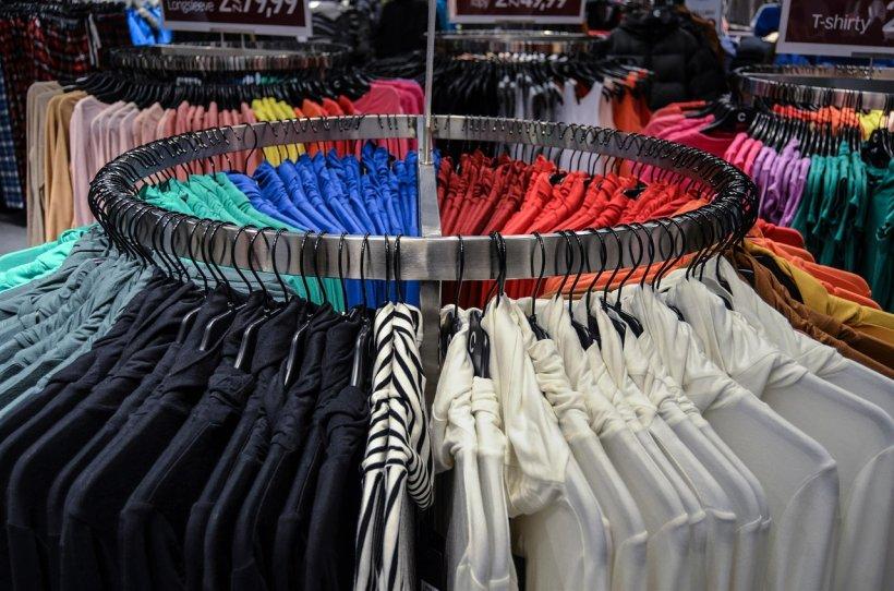 Acestea sunt hainele care favorizează înmulțirea bacteriilor. Îți pot provoca boli grave!