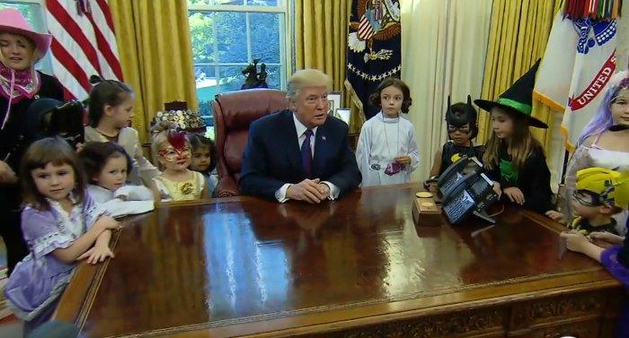 Imagini inedite cu Donald Trump. Președintele Statelor Unite a primit colindători la Casa Albă și a sărbătorit Halloween-ul în avans - VIDEO