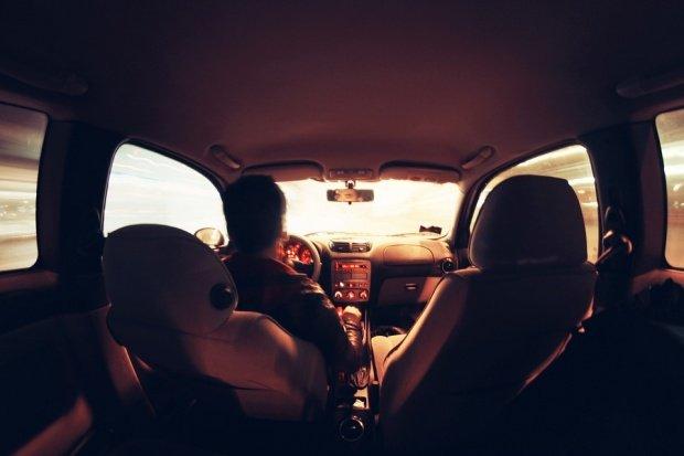Cea mai nouă escrocherie de care toţi șoferii ar trebui să se ferească. Metoda bancnota lipită pe parbriz