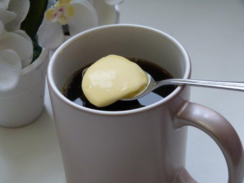 De ce este bine să pui puțin unt în cafeaua de dimineața