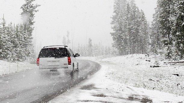 Iarna își face apariția în România. Drumuri închise și copaci căzuți pe șosele din cauza vântului puternic