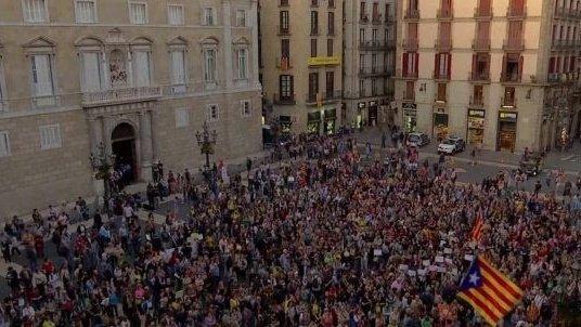 Mii de persoane au ieșit în stradă la Barcelona și manifestează împotriva declarării independenţei Cataloniei
