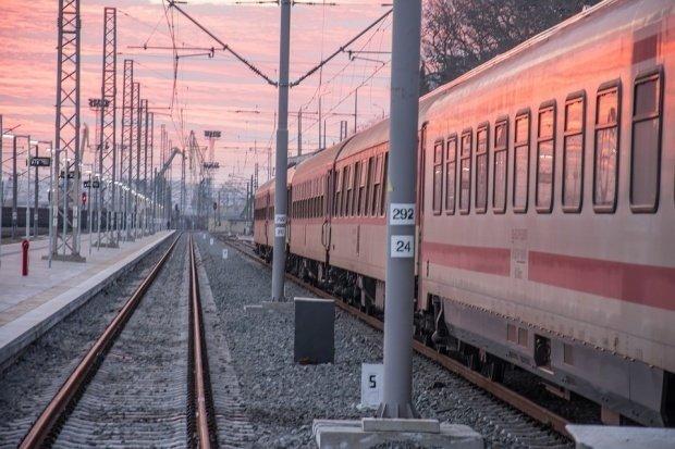 Panică într-un tren de pasageri. Locomotiva în care se aflau 100 de pasageri a luat foc în Mureş