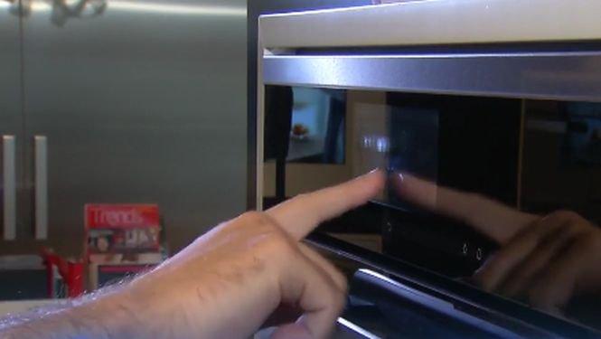 Cum arată cuptorul smart care ține loc de carte de bucate și ce știe să facă - VIDEO