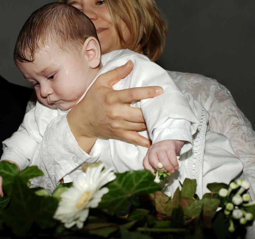 Un preot nervos a oferit un spectacol cumplit la un botez! Supărat că bebeluşul plânge, bărbatul a inceput sa…