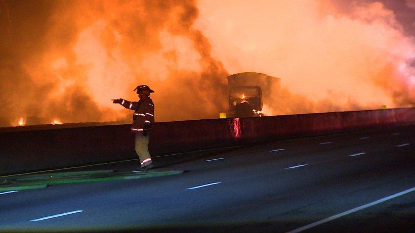 Tragedie pe o autostradă din Canada. Mai mulţi oameni au murit carbonizați, în urma unui carambol în care au fost implicate 14 maşini - VIDEO