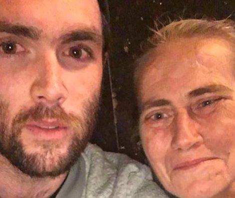 O femeie a străzii a intrat într-un restaurant și a cerut un pahar cu apă caldă. A fost refuzată de angajați. Apoi ceva uluitor s-a întâmplat. Un bărbat s-a apropiat de ea și….