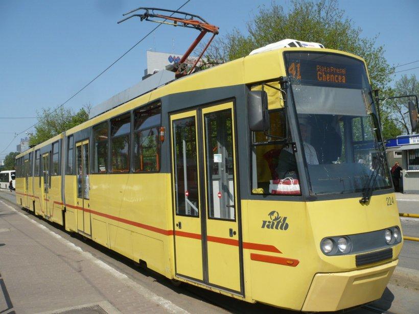 Probleme cu circulația tramvaiului 41: Un vehicul a rămas blocat pe șine