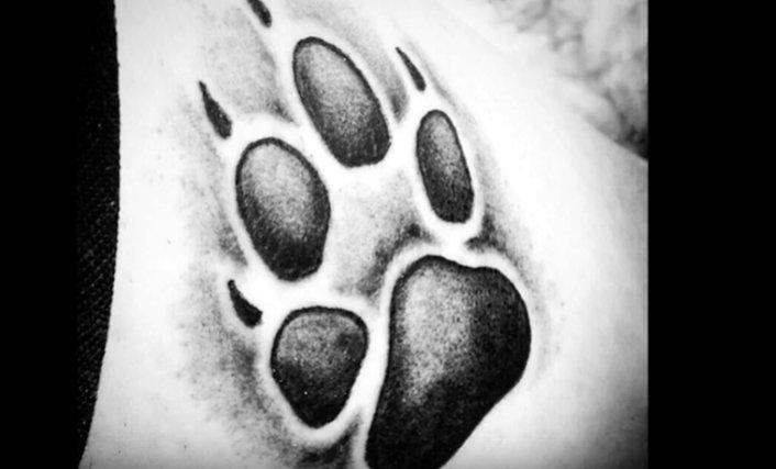Și-a făcut un tatuaj deasupra sânilor, în semn de omagiu, însă ce a urmat este de neimaginat. Ce a îndurat o tânără e ireal