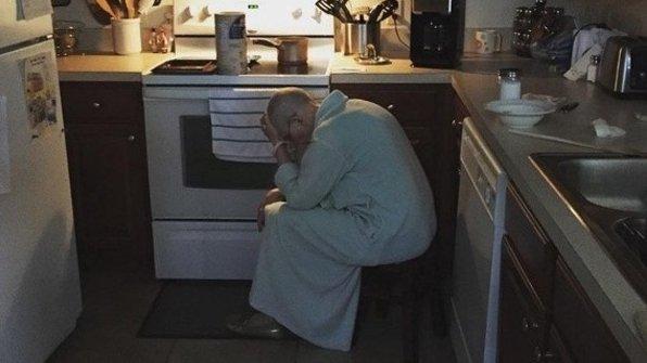 Nu își îndrăgise niciodată soacra, iar în ziua în care femeia s-a mutat acasă la ei a crezut că a căzut cerul pe el. Într-o dimineață a intrat în bucătărie și a surprins-o într-o ipostază neobișnuită. Atunci a înțeles totul... (FOTO)