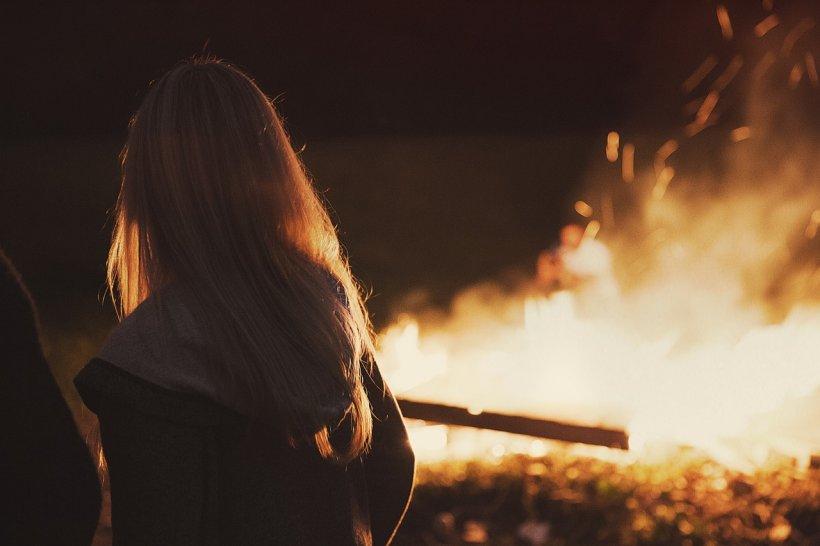 O britanică părăsită de iubitul ei i-a incendiat acestuia apartamentul și a privit, calmă, cum locuința arde. Ce pedeapsă a primit femeia