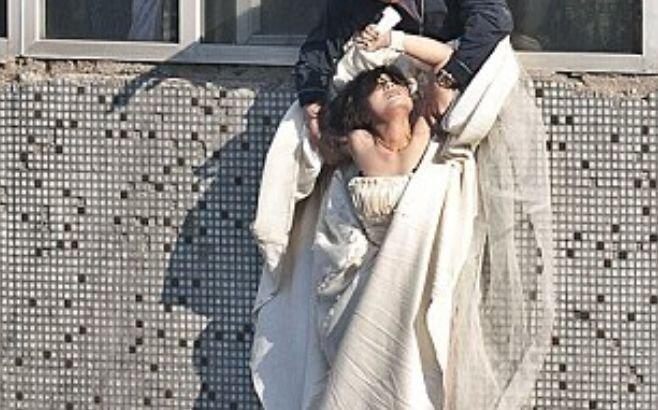 Trebuia să se mărite, dar s-a aruncat de la etaj de disperare. Ce-i făcuse logodnicul cu câteva clipe înainte era cumplit. Momentele groaznice prin care a trecut mireasa - VIDEO