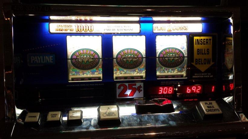 La 70 de ani o bunicuţă din Iaşi a căzut în patima jocurilor de noroc. Ce a pățit femeia după ce a ieșit dintr-o sală de jocuri