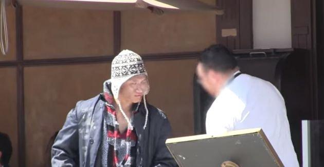 De necrezut! Cum s-au comportat ospătarii unui restaurant cu un tânăr sărac, respectiv cu unul bine îmbrăcat (VIDEO)