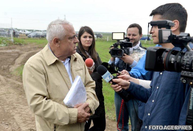 Cadou inedit pentru Petre Daea după vizita la oierii din Sibiu. Cum a reacţionat ministrul Agriculturii