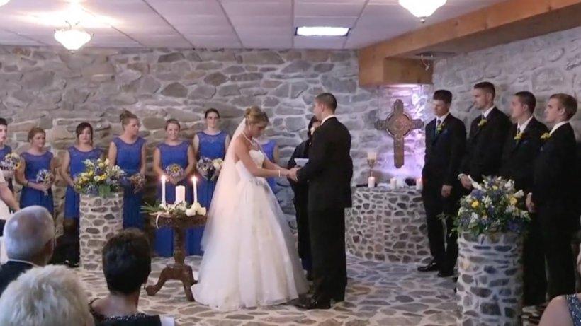 Mireasa le vorbea invitaților când a văzut-o în sală pe fosta soție a mirelui. I-a cerut să se ridice în picioare, iar ce a urmat întrece orice imaginație - VIDEO