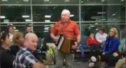 Zeci de pasageri au fost informați că avionul lor va întârzia. Reacţia oamenilor poate fi un exemplu pentru toți - VIDEO