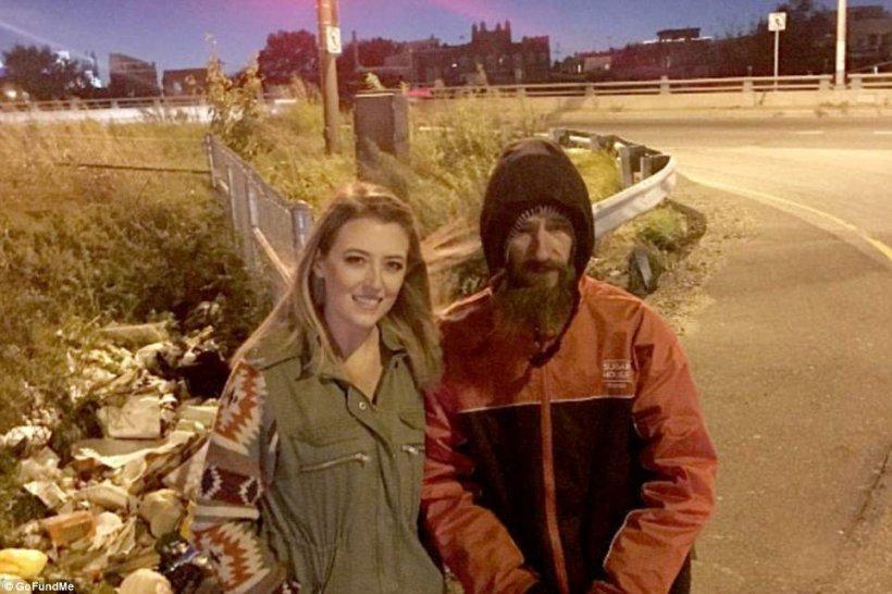 Era beznă, iar ea a rămas fără benzină într-un loc necunoscut. Când se aștepta mai puțin, de ea s-a apropiat un om al străzii. Ce a urmat este demn de un film