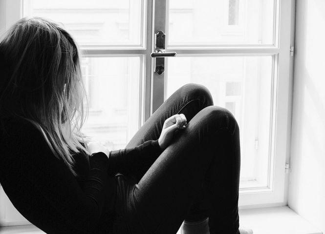 O fată de 17 ani din Dâmbovița s-a sinucis în locuința ei. Familia e în stare de șoc. Ce au găsit polițiștii în telefonul ei