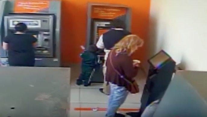 Un copil de numai patru ani, surprins în timp ce fură de la bancomat - VIDEO