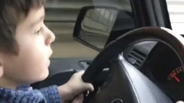 Copil de patru ani, filmat la volanul unui SUV, pe o autostradă aglomerată - VIDEO
