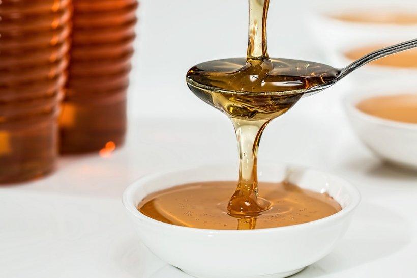 De ce nu este bine să pui miere în ceai? Uite cât de periculos poate fi