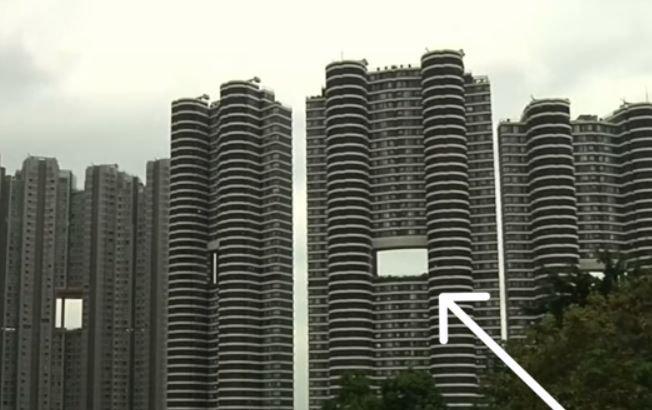 Motivul pentru care zgârie-norii din Hong Kong au găuri mari în construcţie