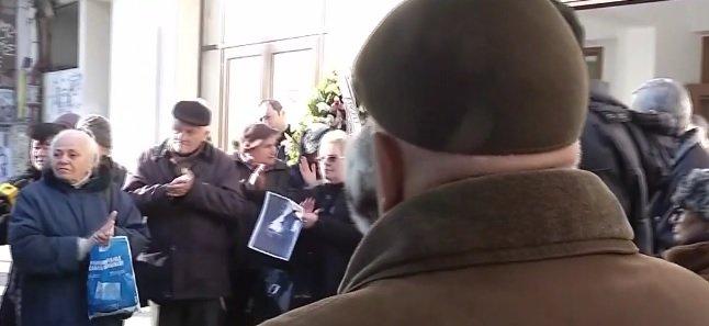 Cine a venit să-i aducă un ultim omagiu Cristinei Stamate. Când l-a văzut, lumea a început să aplaude