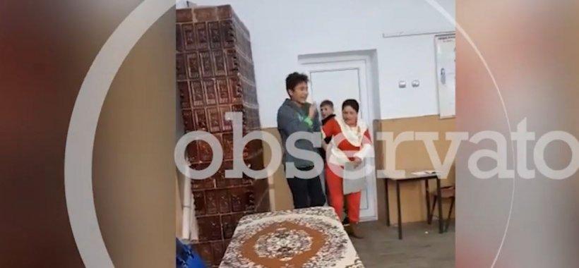 Imagini șocante într-o școală din Teleorman! O profesoară e batjocorită și bătută de elevi, care o împiedică să iasă din clasă